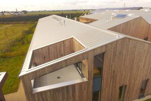 """Insgesamt wurden 4400 m² der """"Rib-Roof Speed 500""""-Profilbahnen verlegt und per Clipmontage befestigt"""