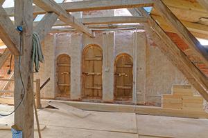 Blick aus dem Dachstuhl während der Bauzeit auf die Rückseite des gestaffelten Giebelportals