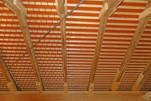 Auf dem Dach der Kirche wurden neue Biberschwanzziegel verlegt, die mit ihrer Stärke der alten Ziegeldeckung entsprechen