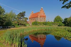 Idyllische Lage am Weiher: Die kleine Kirche in Wegezin besteht aus einem rechteckigen Kirchenschiff mit ostseitiger, halbrunder Apsis