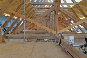 """Nach der Entfernung der Dachhaut konnte die Sanierung des Dachtragwerks der Kirche beginnen<span class=""""bildnachweis"""">Fotos: Kirche Wegezin</span>"""