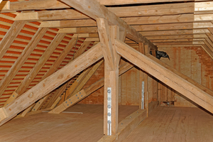 Im Decken- und Dachtragwerk waren umfangreiche Schäden durch Insekten-, Pilzbefall und Wassereinbruch vorhanden. Diese wurden beseitigt und Holzbalken bei Bedarf ausgetauscht oder verstärkt