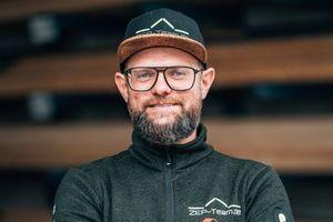 Der Dachdecker- und Zimmerermeister Eugen Penner, Geschäftsfsührer des ZEP-Teams, steht in der Jury des Dachpreises für das junge, moderne und digital gut aufgestellte Handwerk