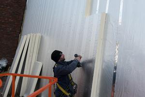 Die Dämmplatten werden über integrierte Furniersperrholzleisten mit der Unterkonstruktion verbunden