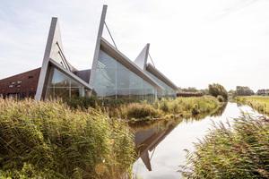 Blick auf das neue Krematorium in Alkmaar. Das Dach soll an die Segel eines Schiffes erinnern<br />