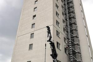 Ein von Sifatec aufgebauter Treppenturm schuf einen bauaufsichtlich geforderten zweiten Flucht- und Rettungsweg. Ein zusätzlicher Bauaufzug verlief über die gesamte Gebäudehöhe. <br />