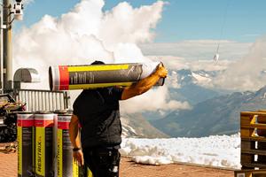 Während der Arbeit hatten die Handwerker einmalige Ausblicke auf die Bergwelt der Schweizer Alpen