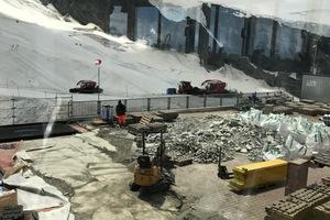 Während auf der einen Seite Rückbauarbeiten stattfinden, werden in anderen Bereichen die Vorbereitungen für die neue Dachabdichtung getätigt
