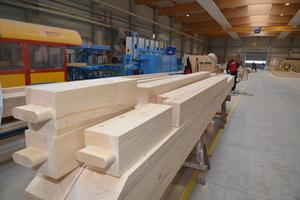 """Durch eine manuelle Nachbearbeitung des Holzes erreicht Eco-Timber die höchste Qualitätsstufe """"Sicht-Abbund-Plus"""", dabei werden die Bearbeitungsspuren am Holz nachträglich entfernt"""