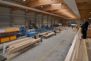 Blick in die Produktionshalle von Eco-Timber: Mit zwei Hundegger-Abbundanlagen bietet das Unternehmen Lohnabbund in drei Qualitätsstufen an