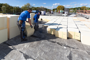 Beim Kompaktdach von Puren werden die Dämmplatten komplett mit Bitumen eingegossen