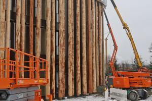 """Mithilfe von Kränen und Hubarbeitsbühnen wurde die Fassadenkonstruktion erstellt <span class=""""bildnachweis""""></span>"""