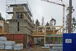 Die Stahlbetontreppenhäuser wurden stockwerksweise fertiggestellt, dabei arbeitete man gestaffelt am Betonbau, Holztragwerk und der Pfosten-Riegel-Fassade