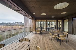 Die Loggia an der Ostseite des Gebäudes bietet einen Ausblick auf das Sägewerk und die umliegenden WälderFotos (2): Oliver Heinl