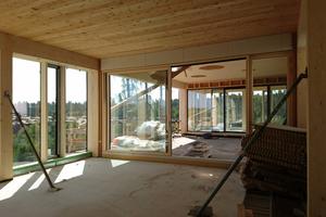 Die 26 cm hohen Brettsperrholz-Deckenelemente sind über Flachstahlzugbänder verbunden, sodass sie als Scheibe wirken und zusammen mit den Stahlbeton-Treppenhäusern das Gebäude aussteifen<br />