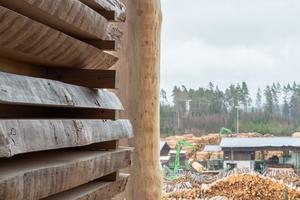 Im Sägewerk der Ziegler Group in Plößberg werden Fichten- und Kiefernstämme zu Schnittholzprodukten wie Latten, Brettern und Konstruktionsvollholz verarbeitet