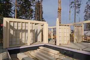 Die Unterzüge und Stützen wurden aus Brettschichtholz vorgefertigt