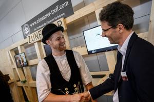 Auf der Messe DACH+HOLZ 2020 hatte erstmals der Zimmerer-Treffpunkt einen eigenen Messestand. Besucher konnten Diskussionsrunden und Vorträge sowie eine Live-Baustelle erleben