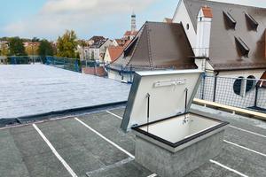 """Der Roto-Flachdachausstieg """"Exklusiv"""" nach dem Einbau auf dem Dach der Realschule in Augsburg<span class=""""bildnachweis"""">Fotos: Roto Frank Treppen</span>"""