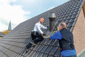 Die Fleck GmbH bietet auf ihrer Website die kostenlose Planung maßgefertigter Wrasenlüfter für das Steil- und Flachdach an. Den Einbau übernimmt der Dachdecker