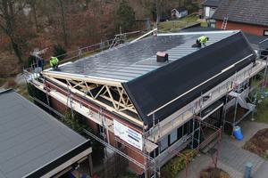 """Das """"Klick-Dach""""-System von Lindab lässt sich ab 14° Dachneigung verlegen. Die Stahlprofile können werkseitig mit dünnen Solarzellen ausgestattet werden"""