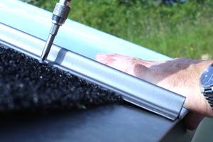 Die Schrauben zur Montage der Stahlprofile werden vom jeweils folgenden Profil verdeckt. So ist von außen später keine Verschraubung sichtbar