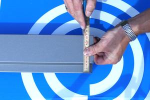 Montage des Ortgangprofils: Zunächst werden 30 mm auf dem breiten Stück und 15mm auf dem schmalen Stück abgemessen