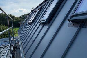 """Für den Einbau von Dachfenstern in das """"Klick-Dach"""" empfiehlt Lindab die entsprechenden Eindeckrahmen von Velux"""