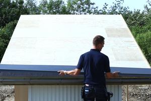 """Vor der Montage der """"Klick-Dach""""-Profile wird an der Traufe waagerecht ein Traufblech befestigt, das den Stehfalzprofilen später Halt gibt <br />"""