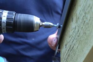 Die Kante des Ortgangprofils wird in Abständen von 40 cm verschraubt<br />