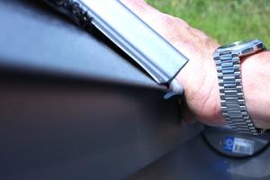 Das nächste Stahlblech wird per Klick-Verbindung mit dem schon verlegten Blech zusammengefügt. Indem das Profil nach oben geschoben wird, greift die untere Kante in das Traufblech