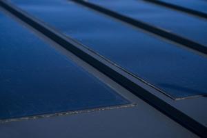 """""""Lindab Solar Roof"""": Die Solarzellen auf den """"Klick-Dach""""-Profilen fügen sich unauffällig in die Dachdeckung ein"""