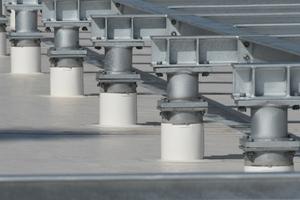 Die Detailabdichtungen an den Stützfüßen mit Heißluftföhn und Andrückrolle waren für die Dachdecker sehr aufwändig und nur mit hoher Präzision umsetzbar
