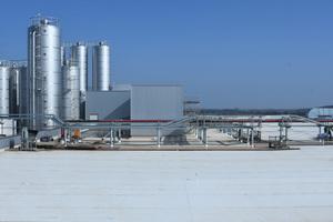 Die Lüftungstechnik auf dem Dach der Molkerei wird von einer Unterkonstruktion mit 900 Stützfüßen getragen. Die Dachdurchdringungen wurden mit Sondereinfassungen abgedichtet