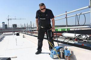 Die FPO-Dachbahnen wurden oberhalb der Gefälledämmung verlegt und untereinander per Heißluft verschweißt