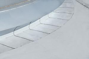 Die Edelstahltanks auf dem Dach wurden mit auf der Baustelle angefertigten Einfassungen abgedichtet