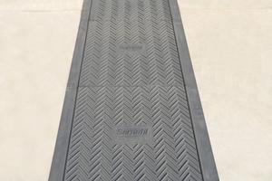 Zur sicheren Wartung der technischen Anlagen auf dem Flachdach wurden 1500 Meter Sarnafil Gehwegplatten mit Rutschhemmung der Bewertungsklasse R10 verlegt
