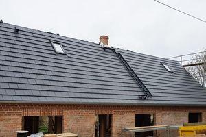 """<irspacing style=""""letter-spacing: -0.02em;"""">Auf dem Dach dieses Hauses sind """"Braas Tegalit""""-Betondachsteine und die """"Solteq-Systemziegel Braas Tegalit"""" im Wechsel verlegt </irspacing>"""