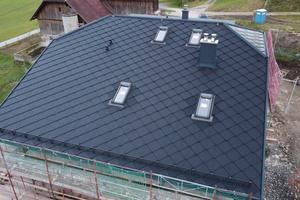 """<irspacing style=""""letter-spacing: -0.03em;"""">Eindeckung mit Solteq-Solardachschindeln auf einem Neubau im österreichischen Feld am See. </irspacing><irspacing style=""""letter-spacing: -0.02em;"""">Auf dieser Dachseite sind passive Solardachziegel verlegt</irspacing>"""