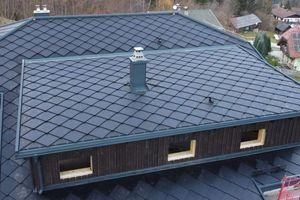 """<irspacing style=""""letter-spacing: -0.03em;"""">Auf der gegenüberliegenden Dachseite und auf dem Gaubendach sind aktive, Strom erzeugende Solteq-Solardachziegel verlegt</irspacing>"""