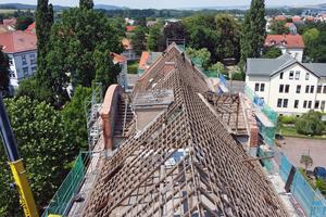Erst bei der Abdeckung des Daches des Sommerhauses wurde sichtbar, welche und wie viele schadhafte Hölzer im Dachstuhl erneuert werden mussten