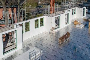 Sämtliche Wände einer jeden Etage konnten innerhalb von nur zwei Tagen montiert werden. Für die Fertigstellung des gesamten Rohbaus mit fünf Stockwerken wurden insgesamt elf Wochen benötigt