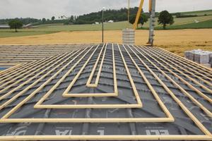 Beispiel eines wasserdichten Unterdachs mit diffusionsoffener Unterdeckbahn: Hohe Anforderungen an die Regensicherheit machen Lüftungsöffnungen hier unzulässig