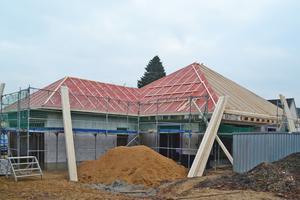 Zeltdächer wie das Dach über dem rechten Gebäudeteil lassen sich nur aufwändig be- und entflüten, beispielsweise über die Grate