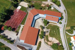 Die Dächer dieser Gebäude der Grundschule Bernhardswald mit Pultdächern in verschiedenen Neigungen und Höhen wurden neu eingedeckt