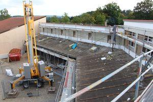 Die alte Dachdeckung auf den Pultdachflächen bauten die Dachhandwerker zurück