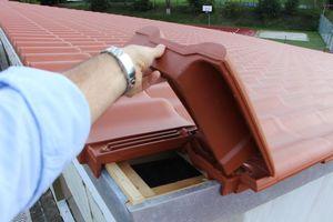 Der Übergang von den Pultdachziegeln zum Ortgang wurde mit Pultortgangziegeln gelöst