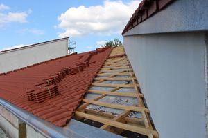 """Die Dachflächen erhielten eine Neudeckung mit den Tondachziegeln """"Ergoldsbacher E 58 RS"""". Für den Wandanschluss wurden die Ziegel parallel vorgeschnitten"""