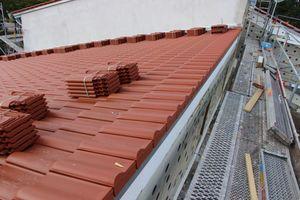 Die Pultdachabschlüsse führten die Dachdecker vollkeramisch mit Pultdachziegeln aus