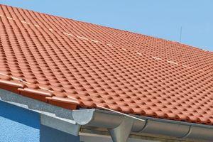 Detailaufnahme des Ortgang- und Traufbereichs an der fertiggestellten Dachfläche<br />